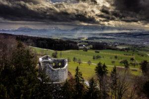 Die Burgruine Nünegg in Lieli LU in einer Luftaufnahme